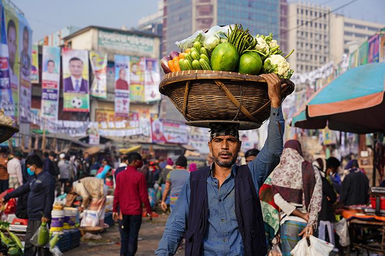 প্রতিদিনের কারওয়ান বাজার: মুখর সবজি ক্রেতা-বিক্রেতারা